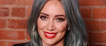Hilary Duff mit graublauen Haaren