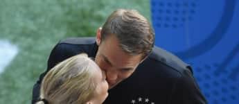 Manuel Neuer und Nina Weiss küssen sich