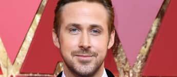 Ryan Gosling im adretten Anzug mit Fliege und ausgefallenem Hemd