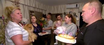 Die Kinder und Harald schenken Silvia einen Kuchen