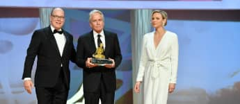 Fürst Albert II. und Fürstin Charlène von Monaco überreichen Michael Douglas den Golden Nymph Award