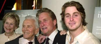 Diana Douglas, Kirk Douglas, Michael Douglas und Cameron Douglas bei einer Filmpremiere 2003