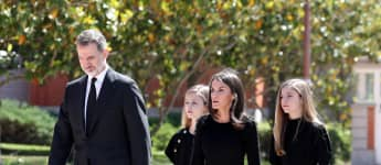 Das Königspaar Felipe und Letizia mit Prinzessin Leonor und Prinzessin Sofia bei Schweigeminute zum Gedenken an die Opfer der Pandemie COVID19 in Spanien.