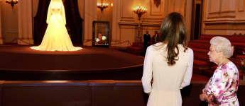 Herzogin Kate und Königin Elisabeth II. bei der Ausstellung von Kates Hochzeitskleid 2011im Buckingham Palace