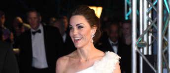 Herzogin Kate im weißen Kleid bei BAFTAs 2019
