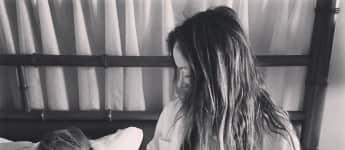 Olivia Wilde und ihr Sohn Otis auf dem Bett, um die Schwangerschaft der Schauspielerin zu verkünden