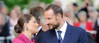 Prinz Haakon und Prinzessin Victoria gedenken Folke Bernadottes Rettungsaktion der Weißen Busse im Ramlosa Brunnspark am 26. August 2010