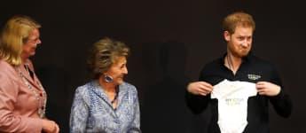 Prinz Harry wird bei seinem Besuch in Den Haag ein niedliches Geschenk für Baby Archie überreicht