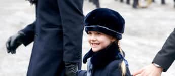 Prinzessin Estelle mit Hut und lachend
