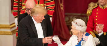 Ganz professionell empfängt Queen Elizabeth US-Präsident Trump - doch ihre Tiara spricht Bände