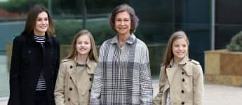 Von links: Königin Letizia, Prinzessinnen Leonor und Sofia und Königin Sofia von Spanien zeigen sich wieder lächelnd