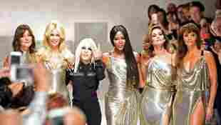 Carla Bruni, Claudia Schiffer, Donatella Versace, Naomi Campbell, Cindy Crawford und Helena Christensen auf der Fashion Week in Mailand 2017