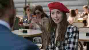"""Lily Collins in einer Szene aus der Serie """"Emily in Paris"""""""