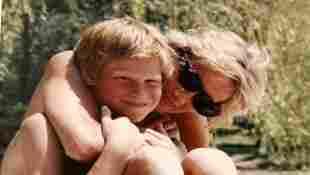 Ein privates Foto vom jungen Prinz Harry gemeinsam mit seiner Mutter Lady Diana