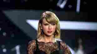 Taylor Swift in Unterwäsche auf der Bühne Konzert