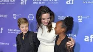 Shiloh, Angelina und Zahara haben viel Spaß auf dem roten Teppich