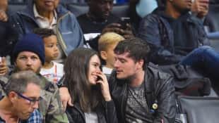 Claudia Traisac und Josh Hutcherson gemeinsam bei einem Basketballspiel