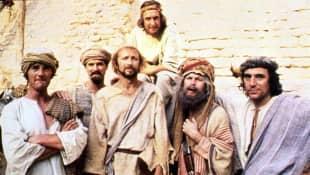 """Die """"Monty Python""""-Truppe am Set von """"Das Leben des Brian"""""""