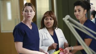 """Ellen Pompeo and Chandra Wilson in """"Grey's Anatomy"""""""