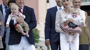 Fürst Albert II von Monaco mit Fürstin Charlene und ihren Zwillingen Jaques und Gabriella