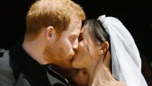 Prinz Harry und Meghan Markle küssen sich nach der Trauung
