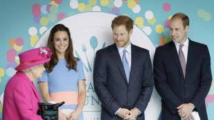 Königin Elisabeth II., Herzogin Catherine, Prinz Harry und Prinz William