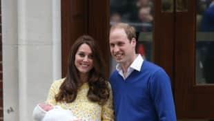 Kate Middleton und Prinz William mit ihrem Neugeborenen vor dem St. Mary's Hospital