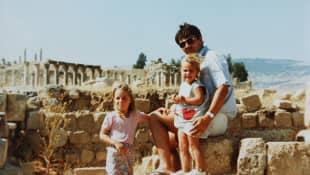 Kate, Pippa und ihr Vater Michael Middleton: Mehr als zwei Jahre lang lebten die Middletons in Jordanien (Amman)