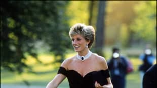 Lady Diana im schwarzen Kleid bei einem Empfang in der Serpentine Gallery in London 1994