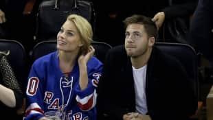 Margot Robbie und Tom Ackerley bei einem Eishockey-Spiel