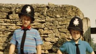 Prinz William und Prinz Harry als Kinder als Polizisten verkleidet