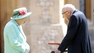 Königin Elisabeth II. und Captain Sir Thomas Moore