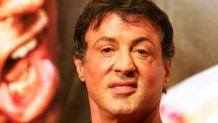 Sylvester Stallones Gesicht ist aufgedunsen