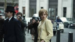"""""""The Crown"""" Emma Corrin Prinzessin Diana Hochzeitskleid Schauspielerin Fotos Vorschau Trailer"""