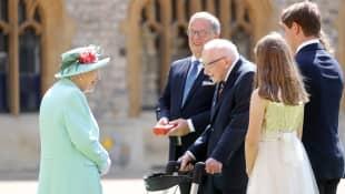 Königin Elisabeth II. und Captain Tom Moore