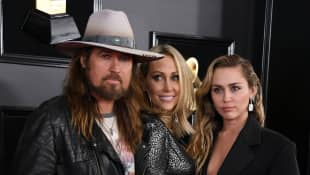 Billy Ray Cyrus, Tish Cyrus und Miley Cyrus bei den Grammy Awards 2019