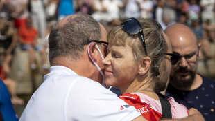 Fürstin Charlène von Monaco umarmt Fürst Albert II. bei der Waterbike Challenge