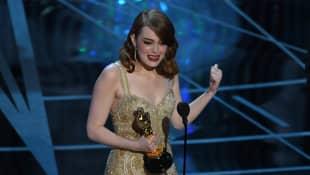 """Emma Stone bei den Oscars 2017 - mit ihrem Award als Beste Hauptdarstellerin in """"La La Land"""""""