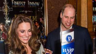 Herzogin Kate zapft sich beim Besuch in Nordirland ein Bier ab