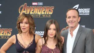 """Jennifer Grey, Stella Gregg und Clark Gregg bei der Premiere von """"Avengers: Infinity War"""""""