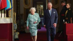 Königin Elisabeth II. und Prinz Charles