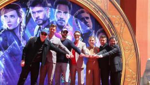 Kevin Feige, Chris Hemsworth, Chris Evans, Robert Downey Jr., Scarlett Johansson, Jermeny Renner und Mark Ruffalo verewigen ihre Handabdrücke vor dem TCL Chinese Theatre