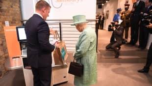 Königin Elisabeth II. in einem Supermarkt