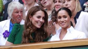 Herzogin Kate und Herzogin Meghan haben Spaß beim Wimbledon-Spiel