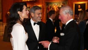 Amal und George Clooney mit Prinz Charles