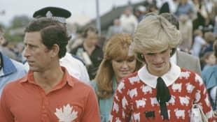 Bei einem Polo-Turnier trägt Lady Diana einen Pullover mit einem schwarzen Schaf drauf
