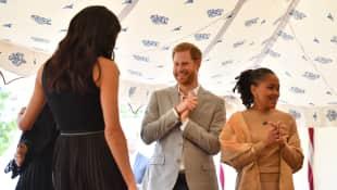 Prinz Harry wird beim Stibitzen von Essen erwischt