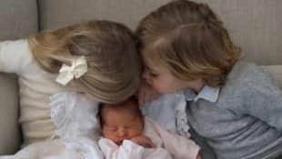 Prinzessin Leonore und Prinz Nicolas begrüßen ihre Schwester
