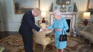 Boris Johnson verneigt sich vor der Queen: Fällt euch das Detail im Bild auf?