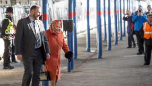 Queen Elizabeth II. fährt mit dem Zug zurück nach London, englisches Königshaus, Königin von England
